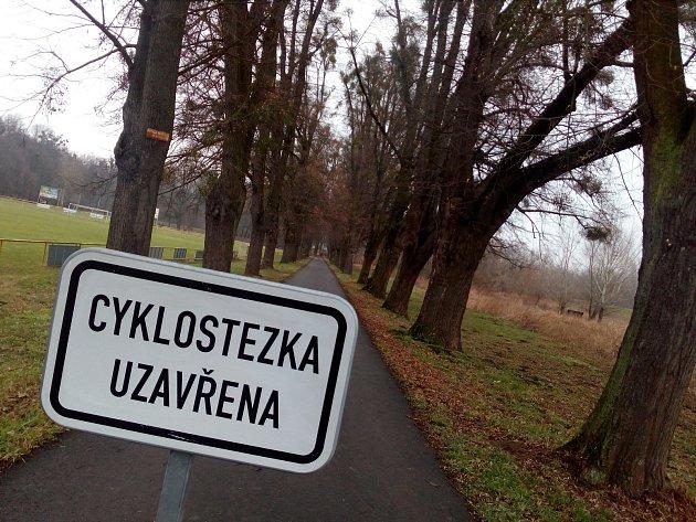 Cyklostezku mezi Kvasicemi a Kroměříží nechala radnice koncem ledna uzavřít kvůli stromům, které na trase popadaly a mohly by ohrožovat bezpečnost cyklistů.