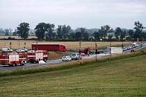 Pomoc hasičů po těžké nehodě nákladních aut u Bezměrova