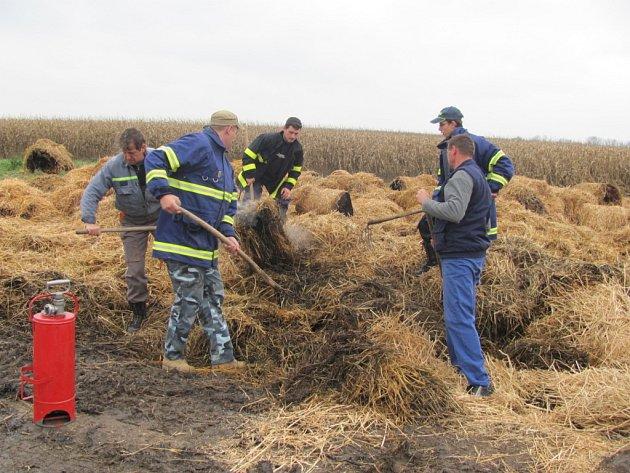 Dobrovolní hasiči z Lutopecen vyráželi na požářiště k zemědělskému družstvu ještě v sobotu o půl třetí odpoledne. Ohořelé balíky slámy totiž stále doutnaly.
