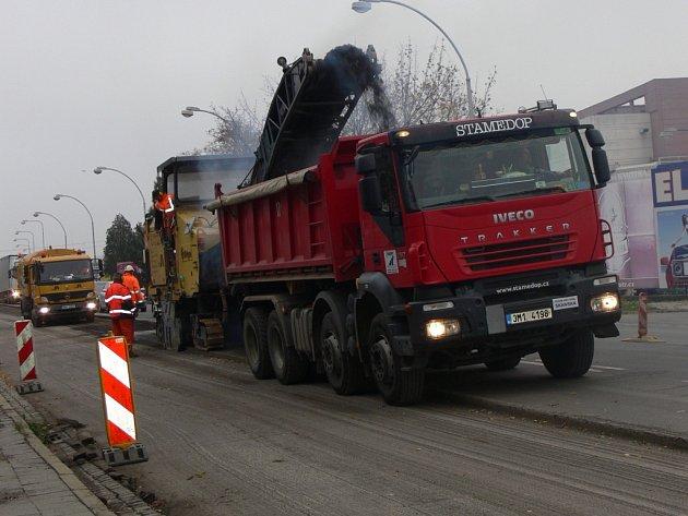 Práce na opravě silnice v Kroměříži směrem na Hulín začaly v pondělí 23.10. Silničáři budou opravovat zhruba dvě stě čtyřicet metrů vozovky. Nová silnice by měla být hotová do poloviny listopadu.