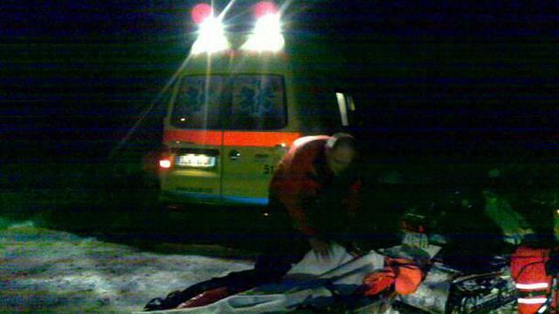 Zraněnou běžkařku zachraňoval v Hostýnských vrších Rescue Team Hostýnské vrchy.