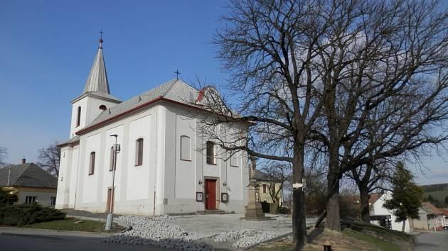 Oprava centra obce Roštín se chýlí ke konci. Hotovo má být v polovině května. Ulička ke školce dostane nový povrch.