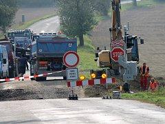Mezi Nětčicemi a Zborovicemi opravují železniční přejezd.