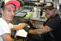 Dvaačtyřicetiletý Gereth z Kroměříže tetuje už patnáct let. Jeho studio v Kroměříži nenavštěvují jen místní, za tetováním sem lidé dojíždí i desítky kilometrů.