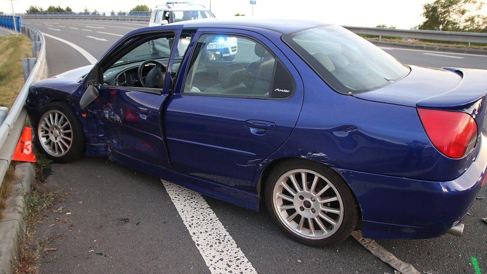 NÁRAZ AUTO ODHODIL NA SVODIDLA. Nepozornost byla zřejmě příčinou první z nehod, které se staly v pondělí na Kroměřížsku.