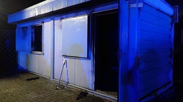 Při požáru unimo buňky v Hulíně na Kroměřížsku zemřel v sobotu 21. listopadu 2020 večer devětatřicetiletý muž. Další muž se vážně zranil.