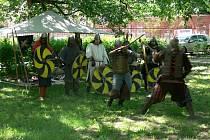 Vystoupení skupiny historického šermu Gunnar si mohli v pátek 18. května odpoledne vychutnat lidé v kroměřížském Bezručově parku.