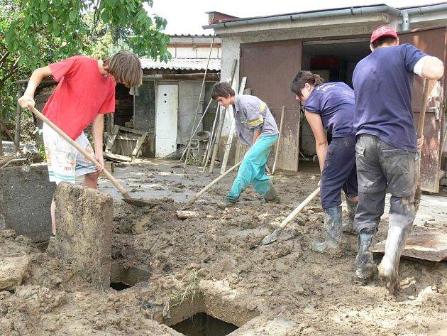 STEJNÝ ÚKLID JAKO PŘED TÝDNEM. Řada lidí, kterým voda vytopila sklepy, garáže, zahrady nebo dokonce domy minulý týden, včera musela unaveně uklízet znovu tutéž spoušť.