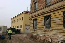 Na Hanáckém náměstí v Kroměříži probíhá demolice bývalých kasáren. Místo nich by měl vyrůst nový polyfunkční dům.