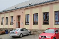 Novou fasádu na budově bývalé školy, která nyní slouží pro kulturní vyžití tamních obyvatel, dokončili v Divokách ještě do konce minulého roku.