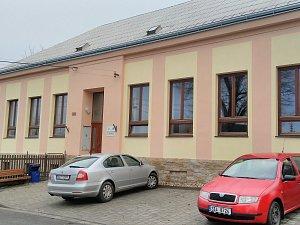 Nová fasáda na budově bývalé školy v Divokách