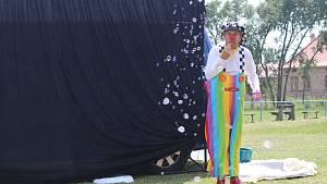 Pavel Roller při vystoupení s bublinami pro děti