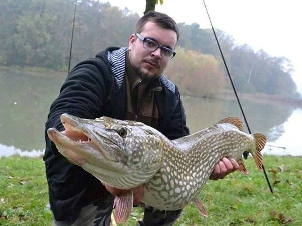 Dvaadvacetiletý Tomáš Naď zKroměříže ve volném čase rád chodí na ryby, momentálně se ale bohužel potýká svážnou nemocí.