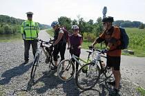 Policisté ve čtvrtek 20. srpna kontrolovali, zda lidé na cyklostezce mezi Kroměříží a Kvasicemi dodržují pravidla bezpečnosti.