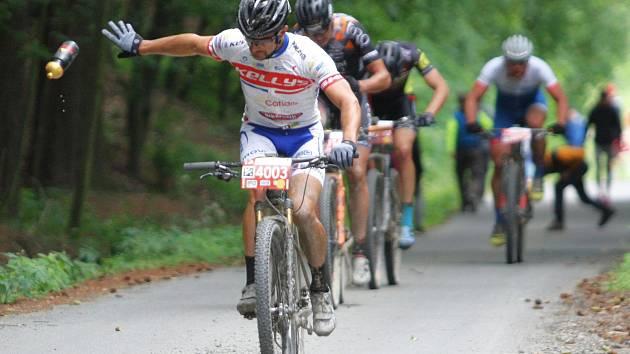 Cyklisté na bikemaratonu Drásal zdolávali valašské kopce i lesy, občas museli řešit i defekt. Dopravu řídili dobrovolníci i policie. V cíli se už cyklisté usmívali.