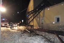 Střecha domu se kvůli sněhu zřítila