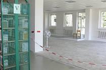 Knihovna Kroměřížska bude oficiálně už za pár týdnů zvětšena o prostory bývalé pošty (na snímku je ředitelka knihovny Šárka Kašpárková).