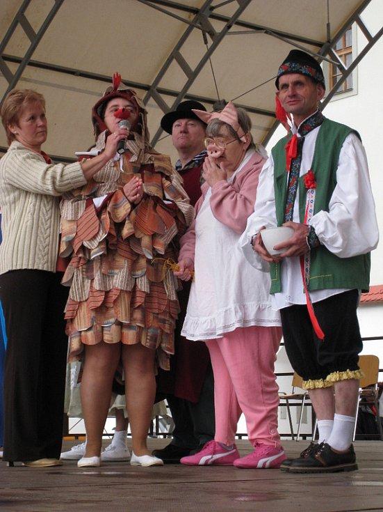 Na Velkém náměstí v Kroměříži se ve čtvrtek 22. května 2008 konal tradiční jarmark sociální služeb spojený s kulturním vystoupením.