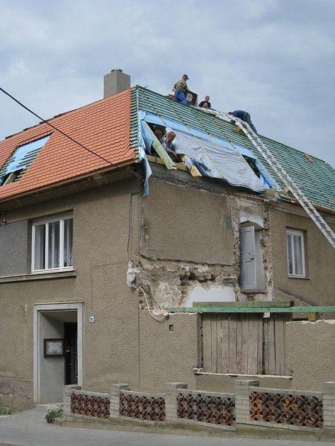 Od dubna pracují dělníci ve Zdounkách na stavbě nové střechy na budově fary.