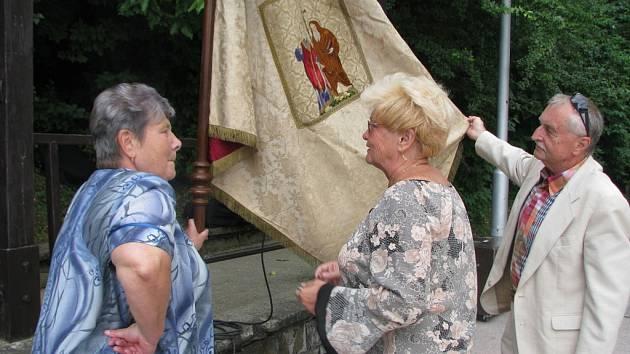 V kroměřížské místní části Těšnovice o víkendu posvětili nový znak a prapor. Zároveň jim jeden z občanů po několika letech vrátil ztracený historický prapor.