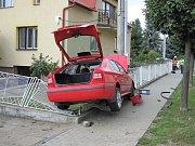 Řidič Škody Octavia v pátek 25. srpna po třinácté hodině v Holešově nezvládl řízení a vyjel na chodník, kde narazil do oplocení pozemku rodinného domu.FOTO: HZS ZK
