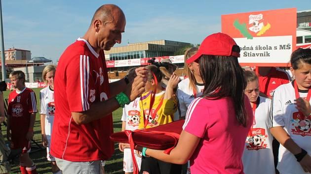 Po devíti měsících od zahájení turnaje zná Coca-Cola Cup své vítěze, kterým předal pohár bývalý český reprezentant Jan Koller.