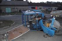 V převráceném traktoru se zranily čtyři děti.