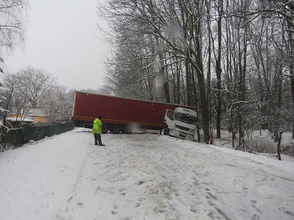 Návěs kamionu po nehodě zablokoval napříč celou cestu.