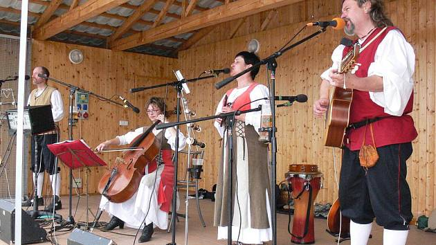 V Roštění si o víkendu 6. a 7. srpna 2011 připomněli 880. výročí od první písemné zmínky o obci. Děti si vyzkoušely lukostřelbu, svezly se motorovým vláčkem Pacific, zahrála také kapela hrající středověkou hudbu.
