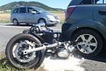 Srážka motorky s autem u Bílavska se obešla bez vážných zranění