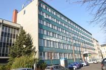 Budova bývalé polikliniky na Náměstí Míru v Kroměříži je na prodej, město ji ale od státu koupit nechce: odhadní cena 55 milionů korun se vedení radnice zdá příliš vysoká.