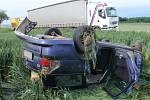 Mezi Střížovicemi a Trávníkem boural ve čtvrtek 2.6. odpoledne řidič: po nárazu do stromu skončil i s autem na střeše mimo silnici, záchranáři jej převezli do nemocnice.