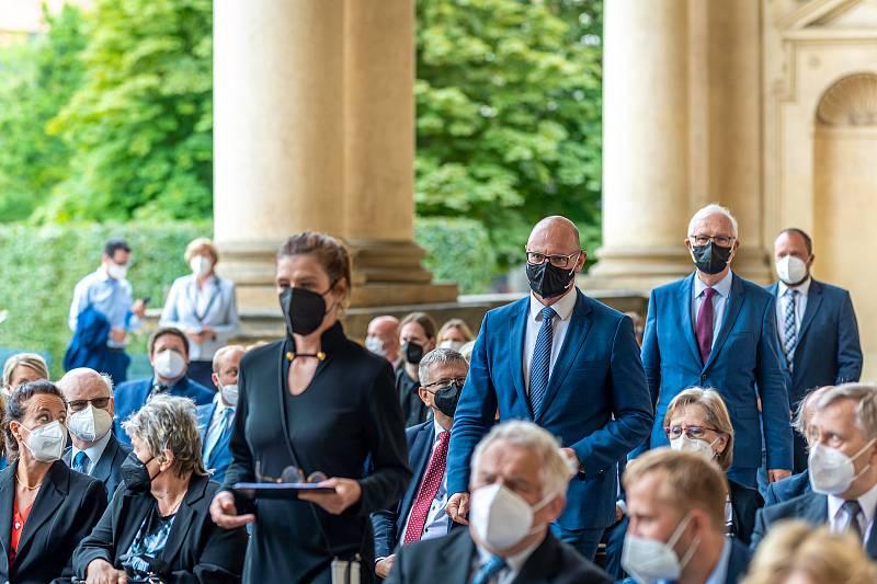 Jiří Vodák při slavnostním ceremoniálu ve Valdštejnské zahradě