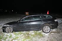 Čtyřicetiletý cizinec v pátek 22. prosince u Koryčan s vypůjčeným vozem značky BMW během jízdy ve směru na Jestřabice podcenil rychlost a stav vozovky a skončil v příkopu.