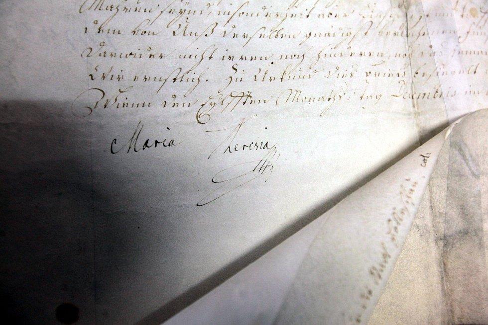 Státní okresní archiv Kroměříž. Vlastnoruční podpis císařovny Marie Terezie na dokumentu povolujícím konání výročního trhu v Holešově. Prosinec 1751.