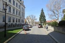 Neznámý pachatel poškodil zaparkované auta v Kroměříži u Arcibiskupského gymnázia. Policie proto žádá svědky, aby se v případě jakýchkoliv informací na ně obrátili.