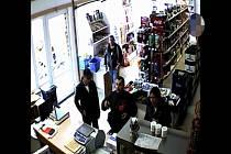 Kradli alkohol v obchodě