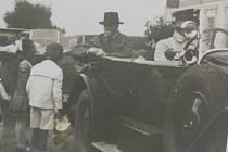 ČERVEN 1928. Zastávka prezidenta Masaryka v Postoupkách, kde mimo jiné obdržel kytici růží.