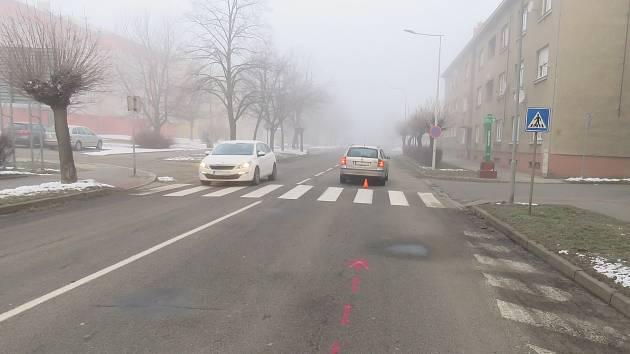 K dopravní nehodě, při níž srazil jednatřicetiletý řidič přecházející ženu, došlo na Masarykově ulici v Holešově.