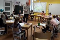 VYUČOVACÍ HODINA. Richard Dalziel je rodilým mluvčím, děti se s ním velmi rychle osvojily angličtinu.