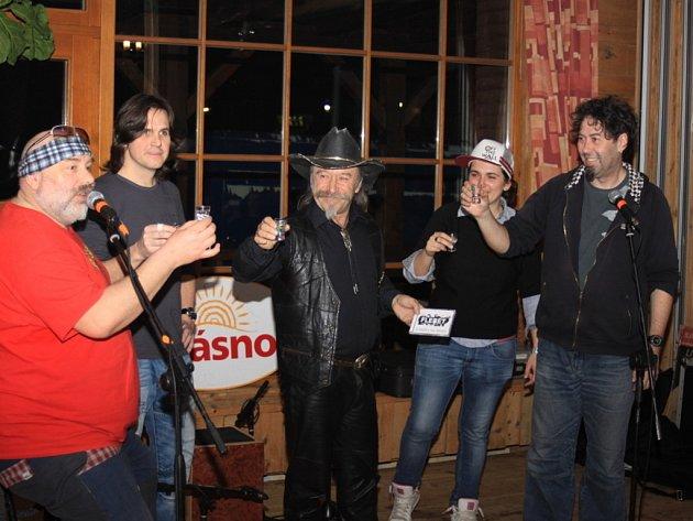 Křest nového CD, které oslavuje třicet let existence kapely, pokřitili v sobotu večer Flereti na ranči v Kostelanech.