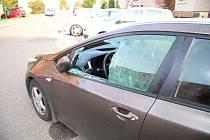 Neznámý vandal rozbil okna aut v kroměřížské ulici Československé armády