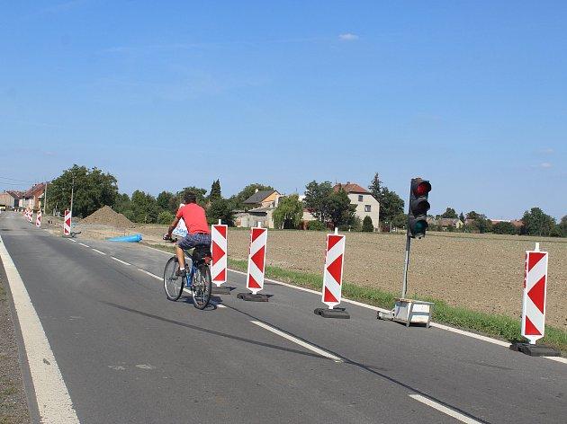Bezpečnostní opatření nutná kvůli pracích na vozovce budou řidiče při průjezdu Kyselovicemi trápit až do konce listopadu.
