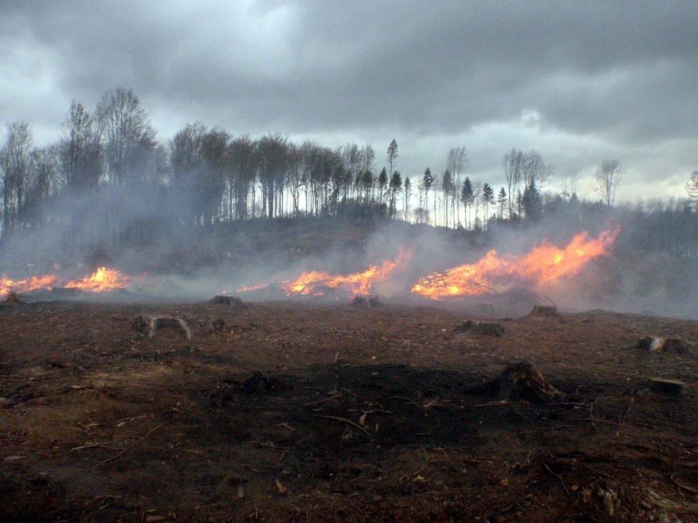 V úterý dopoledne hořela poblíž Rajnochovic mýtina. Zasahovat muselo celkem 17 jednotek profesionálních a dobrovolných hasičů. Požár se naštěstí podařilo uhasit dřív, než se stihl rozšířit do okolí a napáchat vetší škodu. Jako příčinu požáru označili vyše