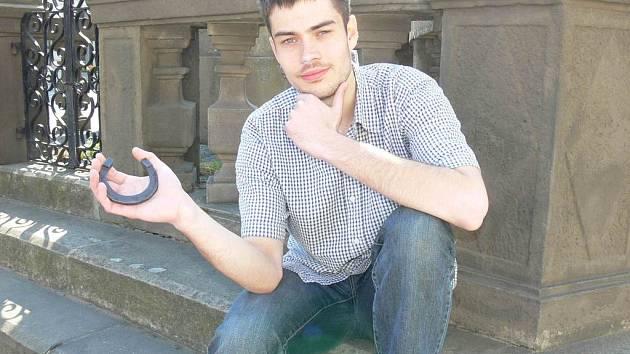 PRO ŠTĚSTÍ. Talisman v podobě podkovy mosí Jakub Bednárek ve své tašce už více než tři roky. Ačkoli je podle jeho zkušeností občas pořádně těžká, nemá odvahu vytáhnout ji ven a jít bez ní.