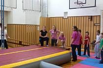 Do tělocvičny Střední pedagociké školy v Kroměříži si přijde na airtracku zacvičit asi pět set dětí z mateřských i základních škol z regionu.