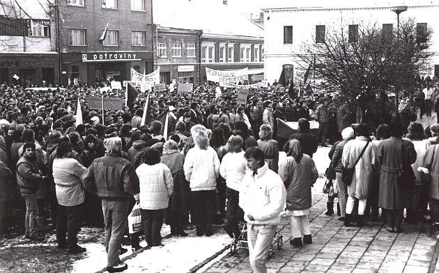 1989. I v Bystřici pod Hostýnem nebyli lidé spokojeni s ekonomickou a politickou situací a hojně se účastnili demonstrací za demokracii. Nepokoje po celé zemi a rozpad bývalého Východního bloku vedli k pádu komunistického režimu a život ve městech se zača