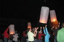 Historicky první Festival létajících luceren štěstí uspořádala v sobotu 28. srpna 2010 radnice v Kroměříži.