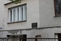 K 70 výročí od narození rodáka a písničkáře Karla Kryla nechalo město Kroměříž zhotovit pamětní desku.