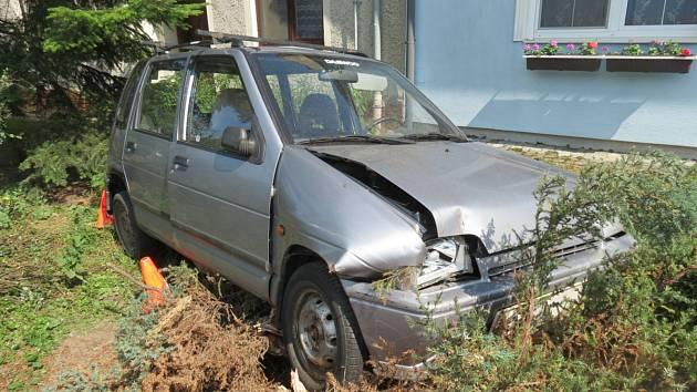 V Břestu havarovala devětasedmdesátiletá řidička vozu Daewoo Tico, která si při jízdě nastavovala clonu proti slunci a nevěnovala se plně řízení.